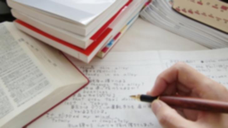 婚約者は高校生の時、授業さぼりまくってるギャルだったんだけど、英語だけ勝てなかった。彼女の実家に行ったとき当時のノートを見つけたので開いてみたら…