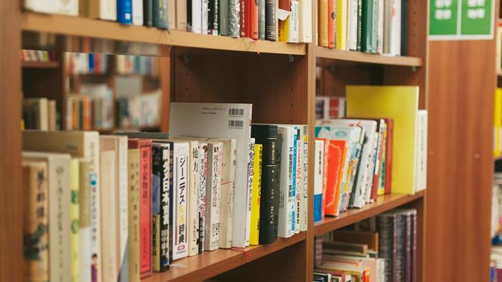 「ありがとー、私ネタバレ気にならないし、助かったよ。」中学生の頃に学校の図書室で借りた推理小説に丁寧に朱が入っていた。誰が前に借りたか分かったのでその子に…