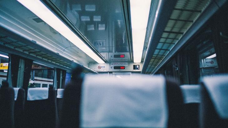 「席に座るために邪魔だったので…」学生の頃、特急の2人掛けの席窓側に座り、通路側に荷物を置いておいたら隣でがさごそ聞こえてきたから目をやると…