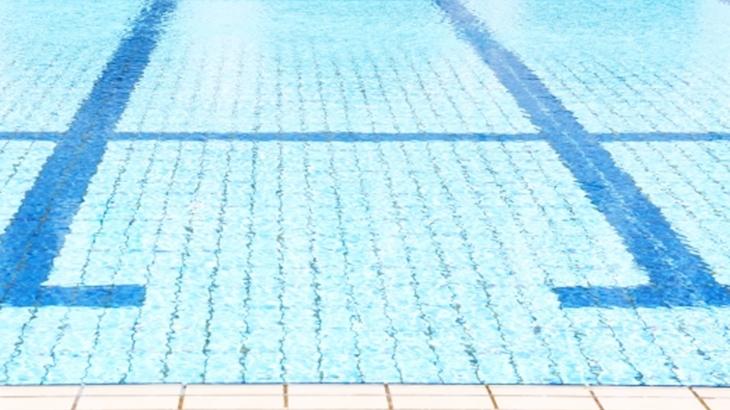 私「落ちたらタヒぬ!」母「大丈夫怖くないから!」小学校に入る前の親子水泳教室。しがみついて離れない私を無理やり水につけようとした母をポロリさせてしまい…