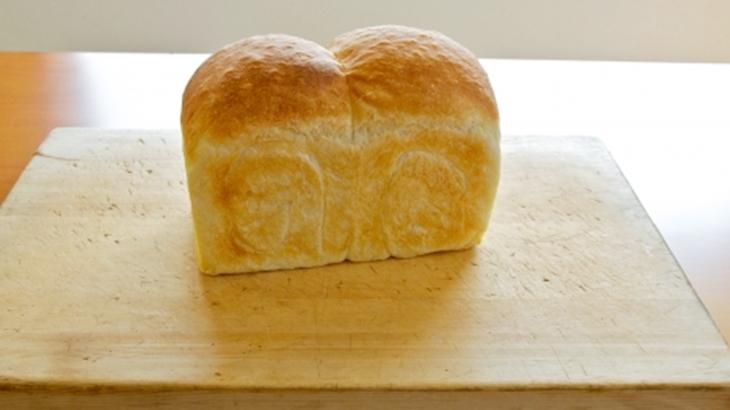 毎朝、朝食用のパンを焼いている。お隣の子供が突撃してくるので仕方なくパンをあげて、お隣に引き渡しに行ったら「もっともらって来い」と怒鳴られていた…
