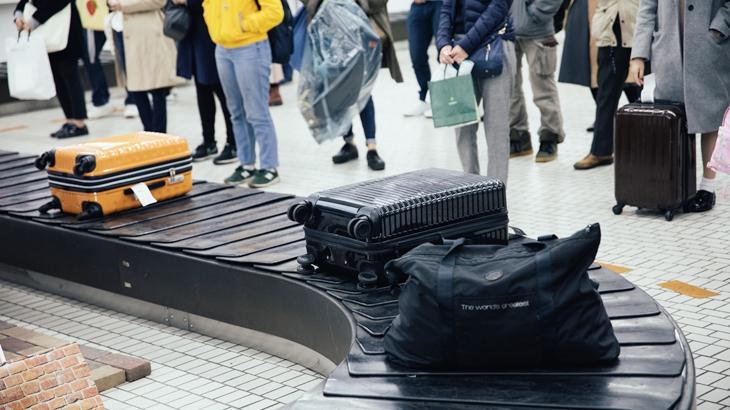 私「その荷物私のなんですが…」女「え?うちのですよ?だってこのポーチとお揃いでしょ?」子供「ママのだよ!」空港の荷物受取場でナチュラルにやられた…