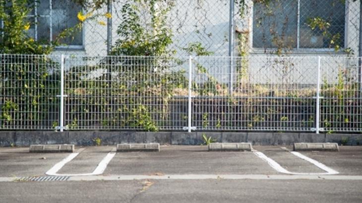 朝早くに隣人が訪問してきた。「すみません、ご主人の駐車場ですよね。お借りします」駐車場にはすでに車が止めてあった…
