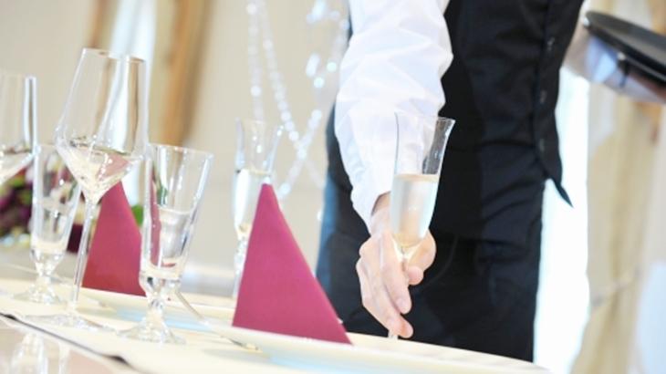 同僚「あんた止めなよ。部長怒ってるよ」私「なんで?」結婚式に出席した時、イケメンウェイターに酔ったふりしてちょっかいを出していたら…