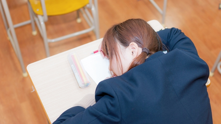 先生「みんな、どうした?」生徒「実は…」先生「よしわかった。若いのにあんな思いはさせられん」午後一の授業でみんながぐったりしていたら…