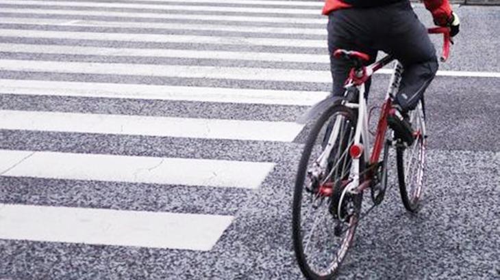 (ドン!)振り替えると横断歩道の上に倒れている自転車。車は逃走。被害者は渋っていたんだけど無理やり警察に連絡させたら…