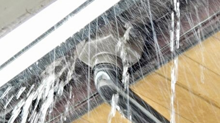俺「冷てぇ何だこりゃ!」課長「( ゚д゚)ポカーン」会社で会議の資料を作っていたら突然雨が降ってきた。外ではなく、室内に…