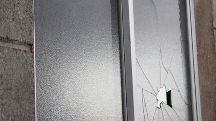 警官「じゃあ隣人に事情を聞いてみましょう」隣のクソガキに窓を割られたんだけど、敢えて犯人を知らないふりして通報したら…