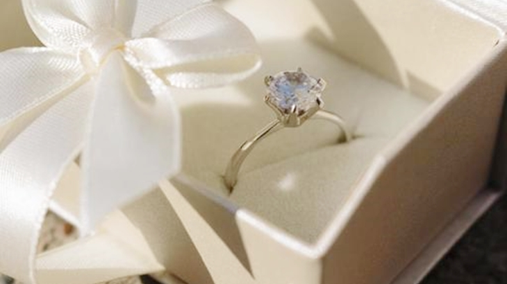 私「ねぇ…これ何?」彼「サプライズ!裏に愛の言葉を刻んだから見て!」婚約指輪は作らないことになってたんだけど、小包で届いた指輪を見てすーっと冷めた…