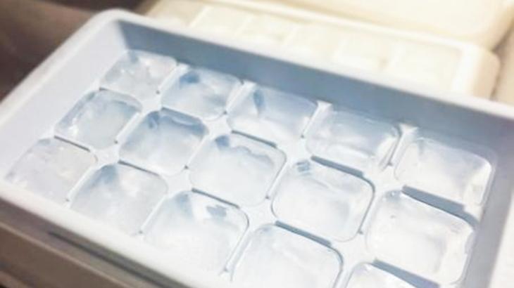 私「あれ?氷使った?」旦那「使ってないよー」製氷皿の水が凍っていない事案が数回続いた。怖くなりカメラを設置したら目を疑う光景が…