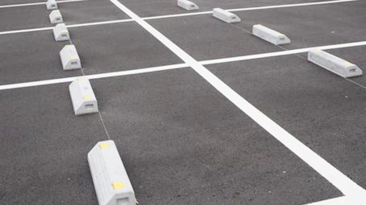 女「こんなとこに停めてんじゃねーよ」警備「お客さんの車の故障みたいで…」スーパーの駐車場で泥現場を目撃した私は…